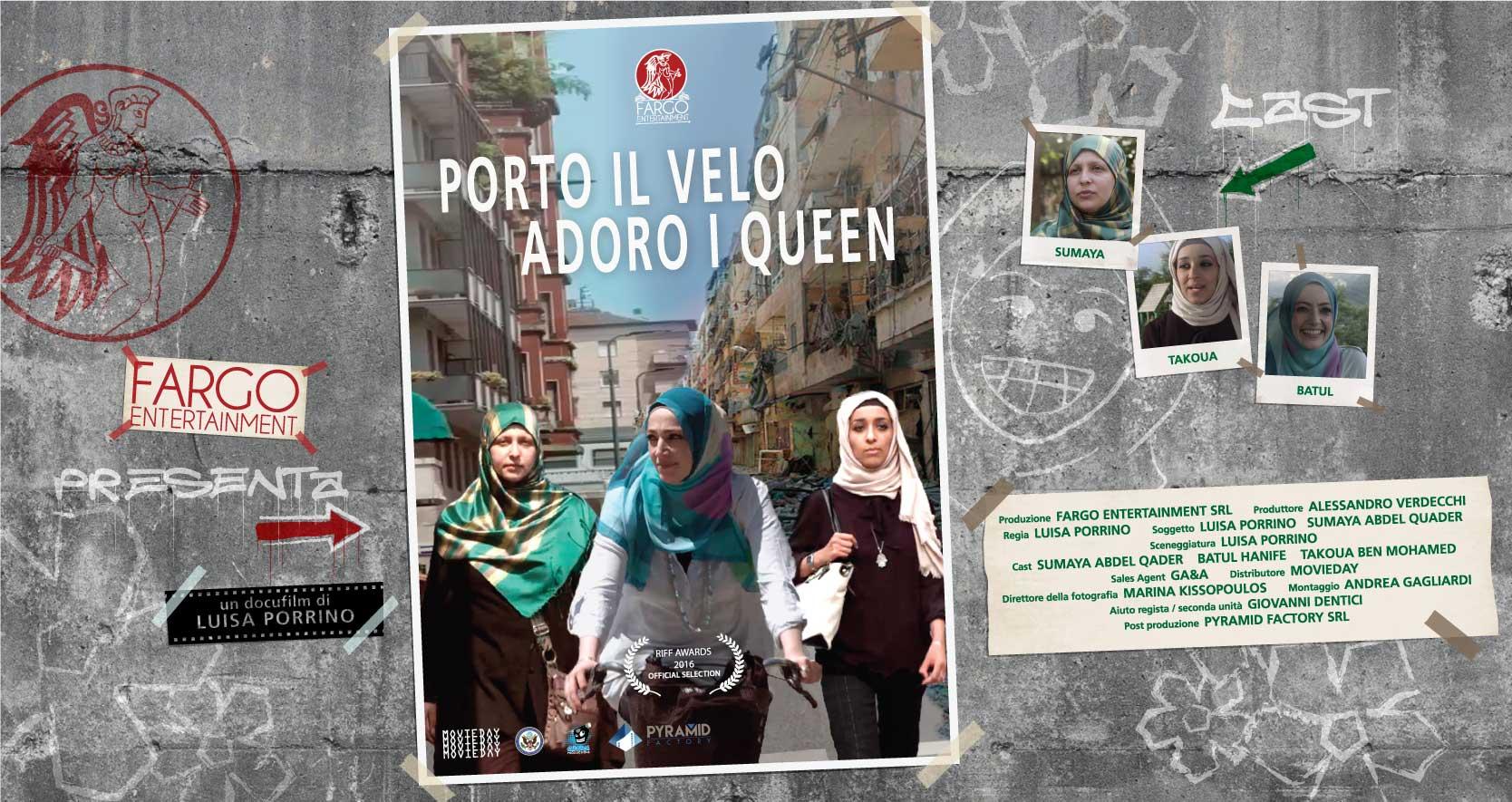 Affissa ad un muro di cemento armato la locandina di 'Porto il velo, adoro i Queen' mostra le protagoniste Sumaya Abdel Quater, Batul Hanife e Takoua Ben Mohamed che camminano lungo una strada metropolitana. La parte di sinistra degli edifici che si affacciano sulla strada sono integri, la parte destra è distrutta dalla guerra.